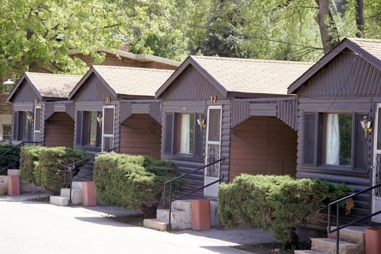 Silver Saddle Motel: Cozy cabins with kitchenettes and covered carports