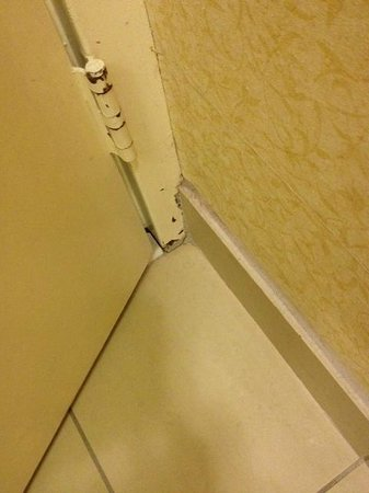 Fairfield Inn Asheville Airport: rust at door