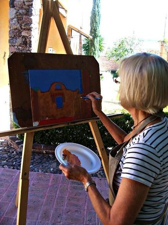 Cristi Fer Art Gallery and Workshops : Participant painting outdoors