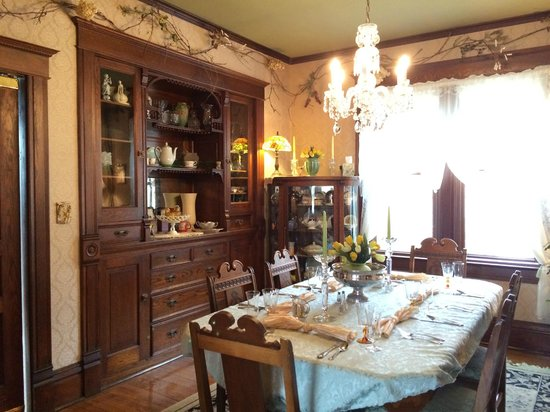 Anna V's Bed and Breakfast: Dining room where breakfast and great conversation is enjoyed!