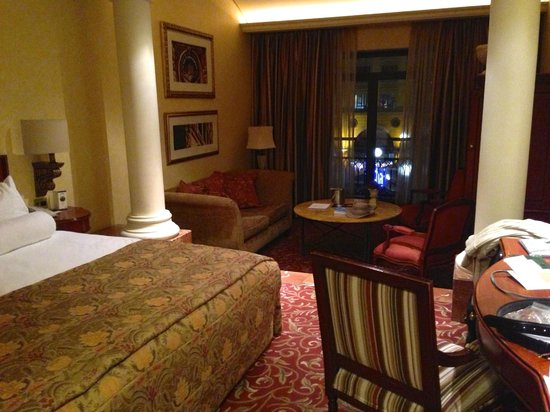 Michelangelo Hotel: Bedroom and sitting room