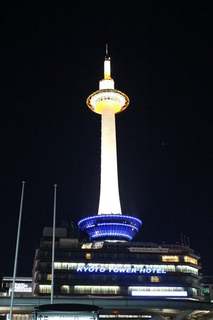 Kyoto Tower Hotel: Foto do hotel tirada da entrada principal da estação
