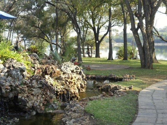 A'Zambezi River Lodge: Area around pool/bar