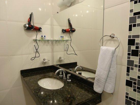 Pousada Doce Paraty: Banheiro com secador