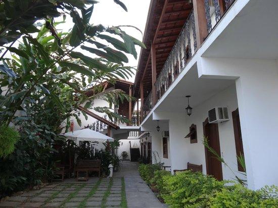 Pousada Doce Paraty: Área externa em frente aos quartos