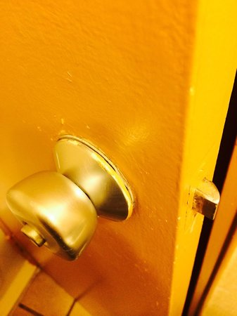 Clarion Inn Tulsa International Airport: My friend got locked in!!!