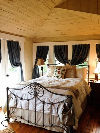 Brugh's Inn of Salem: The grandiosity of the Appalachian Room