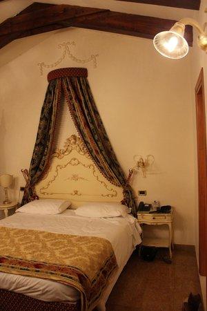 Hotel Violino d'Oro : Вид на кровать в номере под крышей
