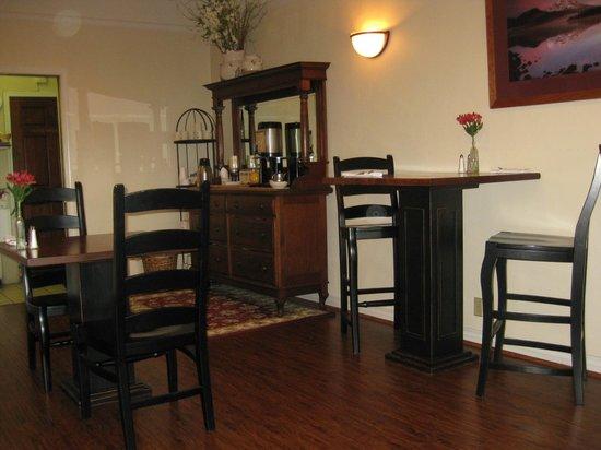 Pine Ridge Inn: Breakfast room