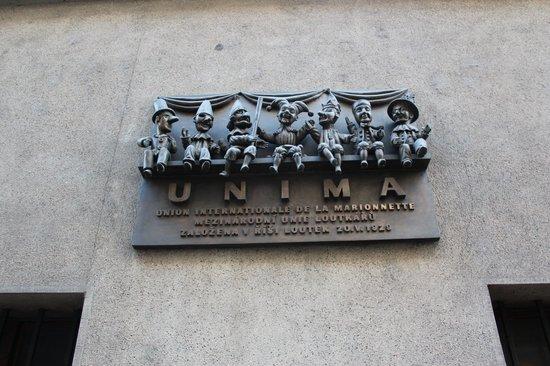 National Marionette Theatre: imagem na parede na frente do teatro