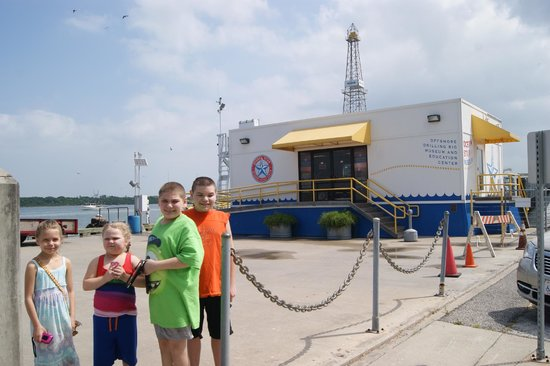 Ocean Star Offshore Drilling Rig & Museum: Kids in front of the Gift shop