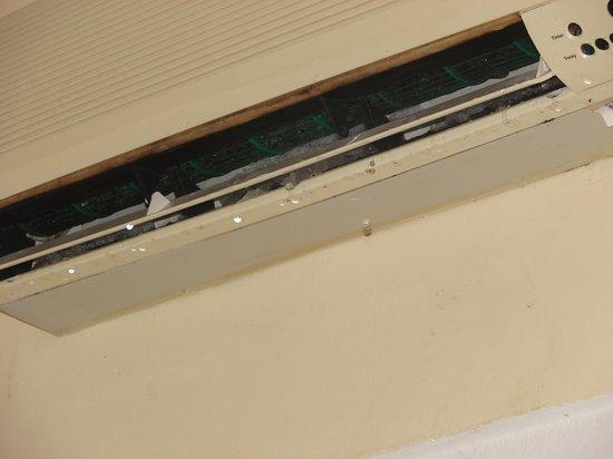 Sol Palmeras: Broken AC unit room 444
