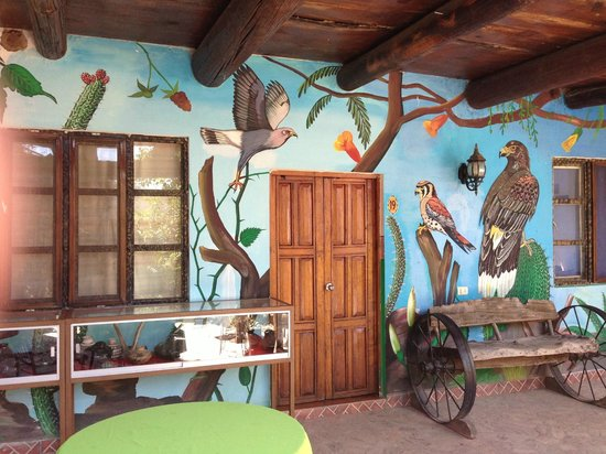 Hotel Rio Vista: The hotel is painted very artistically