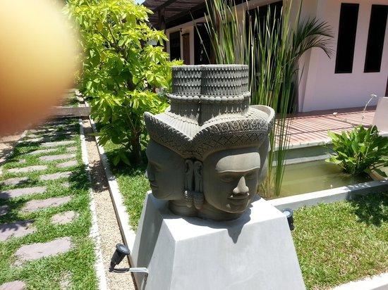 Villa Amalia : statue in garden