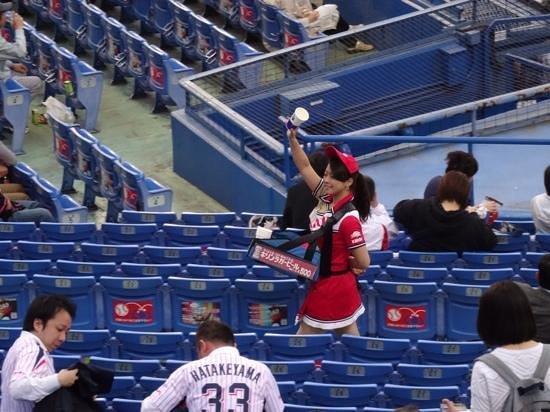 Jingu Baseball Stadium: beer for sale