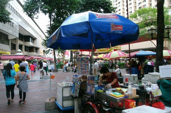 Ibis Singapore on Bencoolen: Market behind hotel
