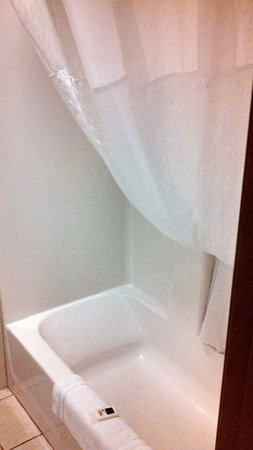 AmericInn Lodge & Suites Beaver Dam: Tub with curtain pulled over