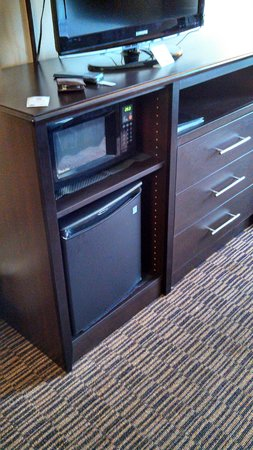AmericInn Lodge & Suites Beaver Dam: Fridge, microwave, TV