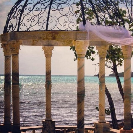Sandals Whitehouse : Wedding gazebo in front of Dutch pool