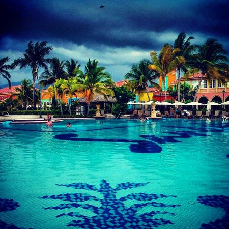 Sandals Whitehouse : Main pool with afternoon showers