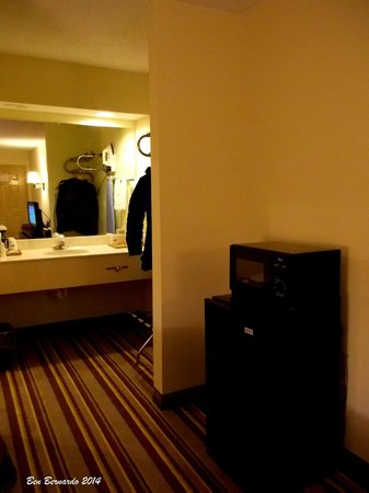 Baymont Inn & Suites Cave City: Room door in the background and fridge, microwave plus sink in foreground.