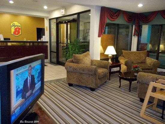 Baymont Inn & Suites Cave City: Reception desk and sitting area