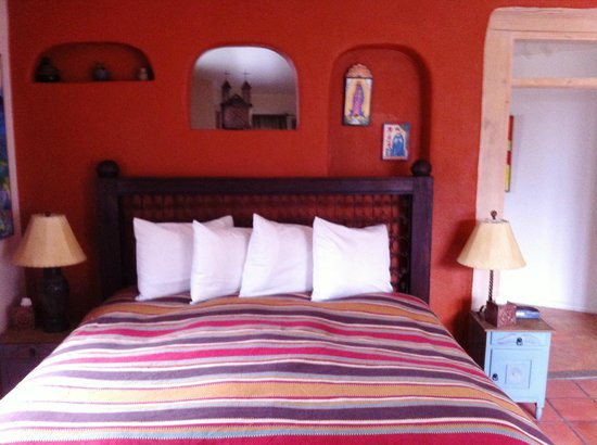 Casa Cuma Bed & Breakfast: Santa Fe Suite King sized bed - a great night's sleep every night.