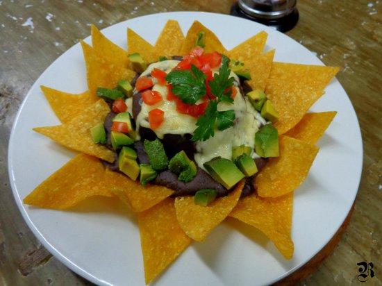 Real Revolucion: Nachos + frijoles + arroz + palta + tomate + quesooo...