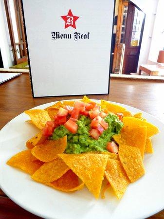 Real Revolucion: Nachos con guacamole - Corn chips + guacamole