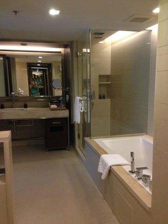 Pathumwan Princess Hotel : Bathroom - Generous Size
