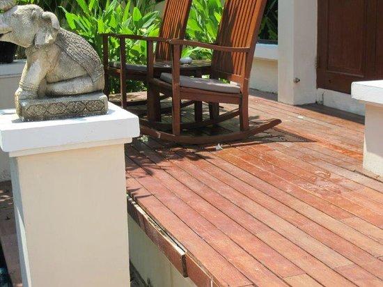 Q Signature Samui Beach Resort: damaged decking