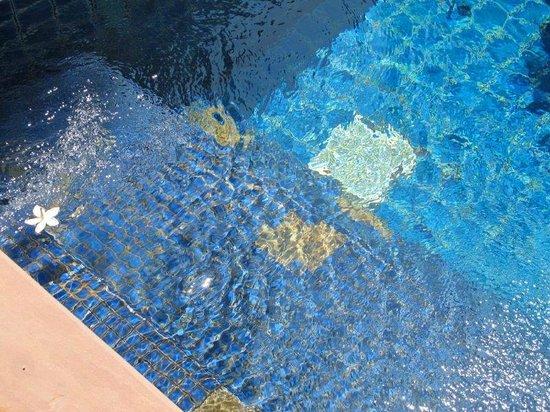 Q Signature Samui Beach Resort: tiles missing