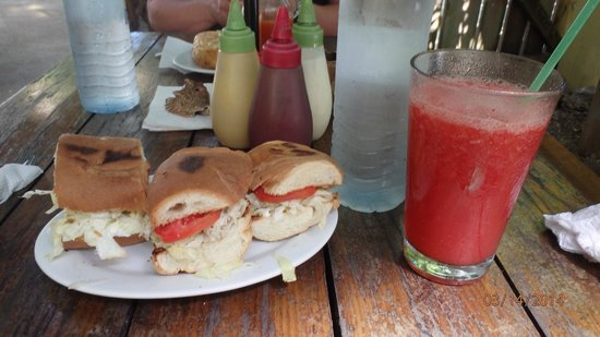 Che Pancho : tuna salad and strawberry smoothie