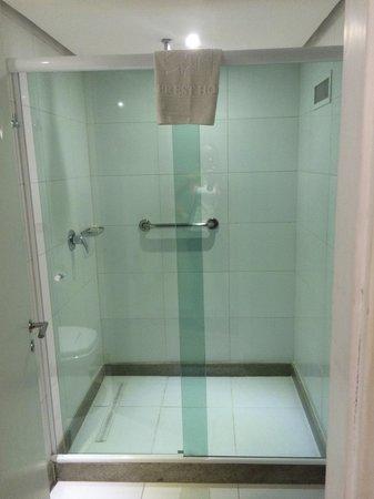 Everest Rio Hotel : Shower