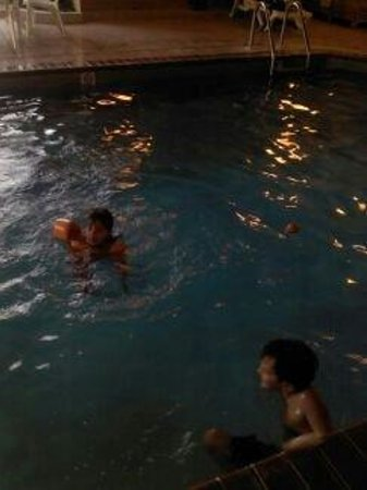 Kelly Inn Billings: The kids had fun in the pool. It is just right for a family night of fun when passing through.