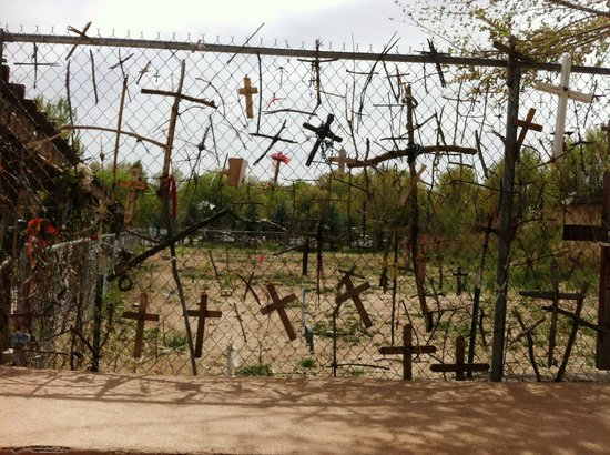 Sanctuario de Chimayo: Crosses on the fence at Chimayo