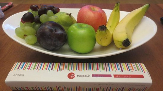 Hotel Jen Puteri Harbour, Johor: Fruit basket and choclates