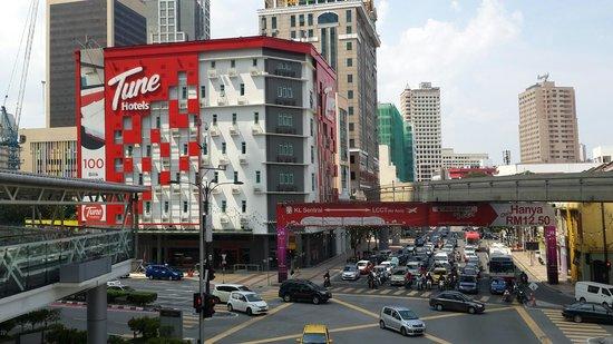 Tune Hotel Kuala Lumpur: Hotel location from crosing bridge