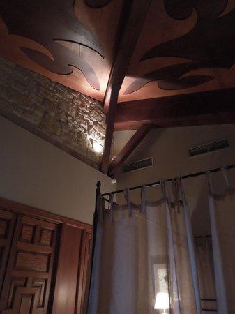 Hotel Castillo El Collado: Ceiling detail in the Fable room