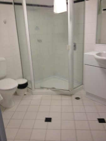 Medina Serviced Apartments Canberra, James Court : Large second bathroom