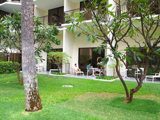Halekulani Hotel: プールから宿泊した部屋を写す