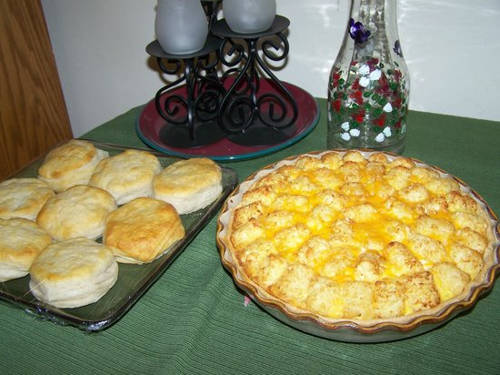Bear Grove Cabins Bed & Breakfast: Breakfast quiche (with sausage or ham), biscuits, jelly and juice