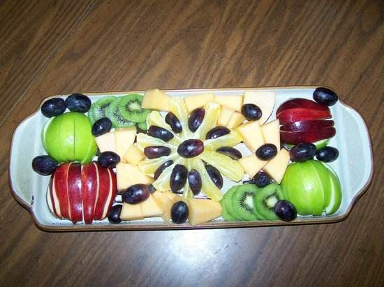 Bear Grove Cabins Bed & Breakfast: Fruit plate, served with morning bread and juice