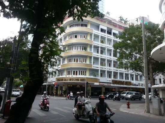 Huong Sen Hotel: Fantastic corner Hotel with quiet room
