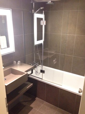 Novotel Manchester Centre: Nice bathroom, spotless, modern and relaxing
