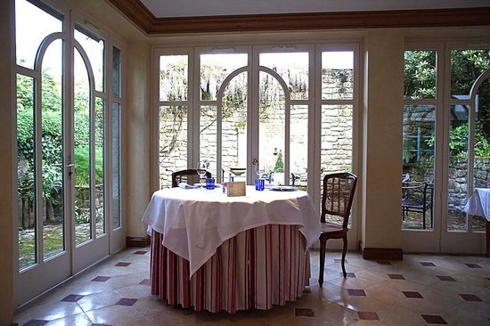 L'Auberge Bretonne: Plenty of room in between tables in the light and airy restaurant.