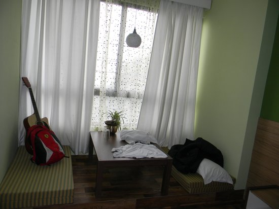 Sudhi's Homestay Serviced Apartments: The valley view and seating in the room