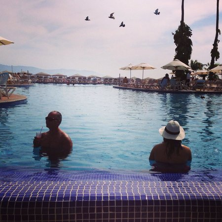 Velas Vallarta : The pool with the swim up bar