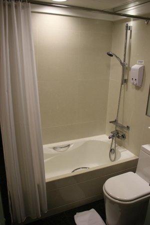 Harbour Plaza 8 Degrees : Shower/Bath