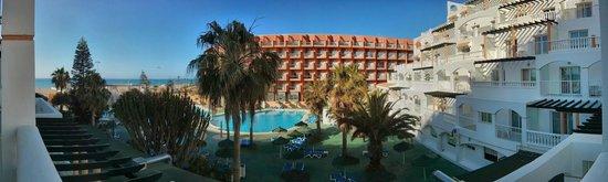 Hotel Bahia Serena: Zona de piscinas vista desde la terraza del apartamento